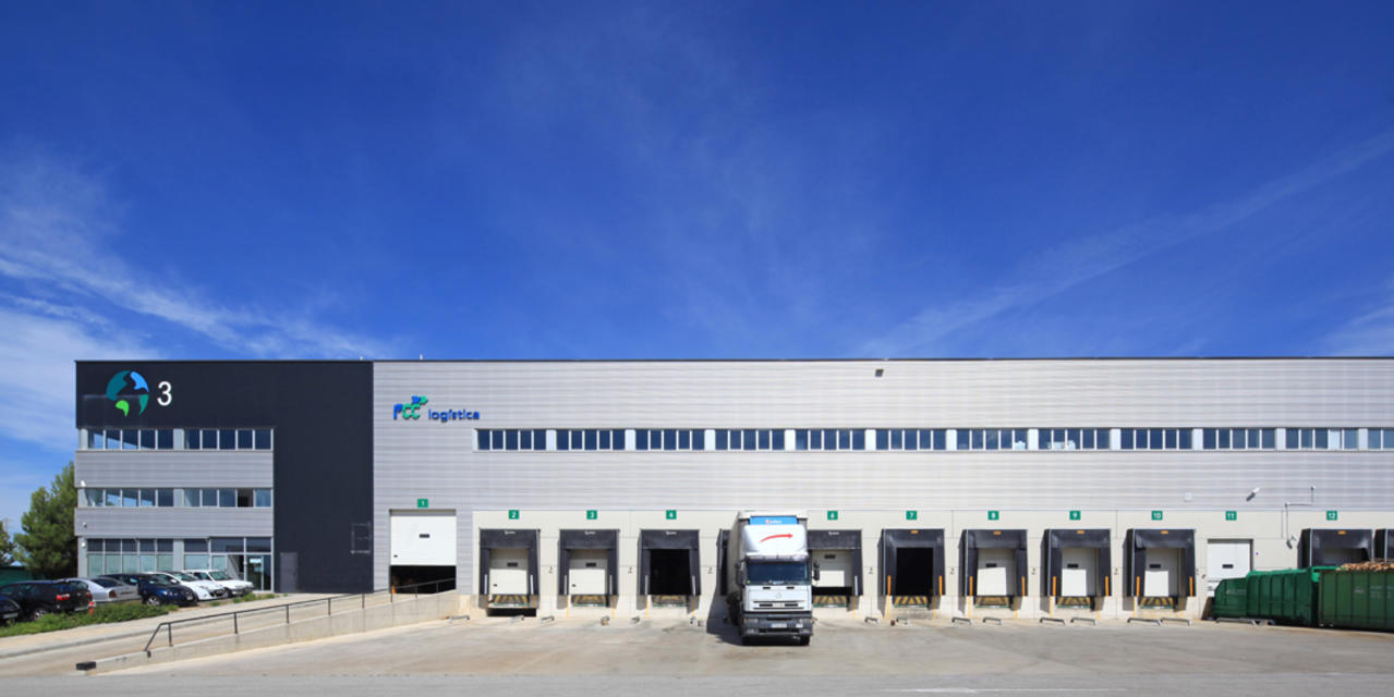 The image shown is industrial warehouse, La Granada DC3, located in Barcelona, Spain.